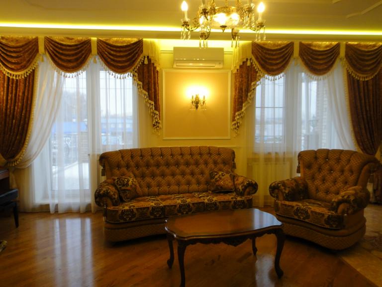 Дизайн штор для зала классика